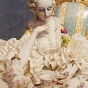 Porcellana di Capodimonte. Dama Lettura, imponente creazione