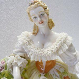 Porcellana di Capodimonte, Dama al vento di primavera. Abito pizzo in porcellana