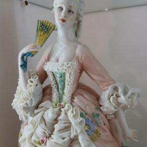 Porcellana di Capodimonte. Dama con Ventaglio versioni abito di Pizzo porcellana