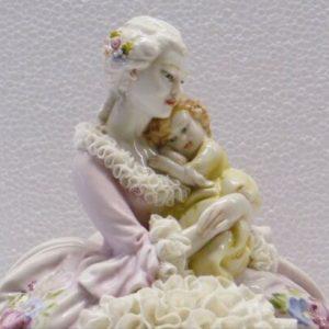 Porcellana di Capodimonte. Maternità con bimba, abito pizzo di porcellana.