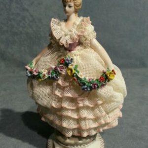 PORCELLANA CAPODIMONTE.Damina in miniatura con ghirlanda. Abito pizzo Porcellana