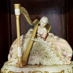 Porcellana di Capodimonte. Grandiosa  Dama con Arpa. Abito pizzo di porcellana