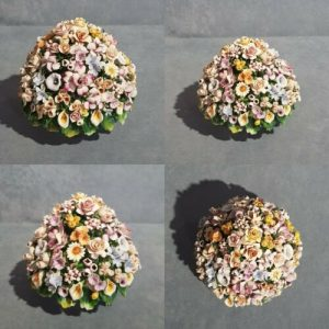 Porcellana Capodimonte, Fiori micro  decorati a mano forma di Boccia.