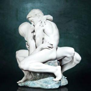 Porcellana artistica in Biscuit. Scultura IL Bacio appassionato .
