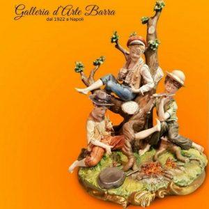 Porcellana di Capodimonte: Bivacco, 3 scugnizzi sotto l'albero. Maestro Volta. Raro