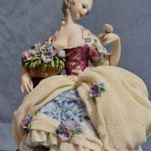 Porcellana di Capodimonte Dama con Colomba versione Abito Pizzo porcellana.