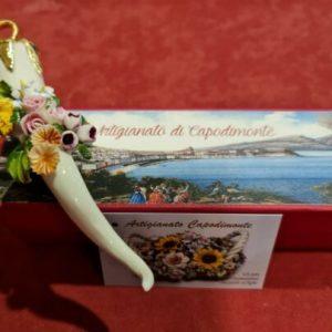 Porcellana Capodimonte. Corno porta fortuna. Bianco e oro, decorazione fiori.