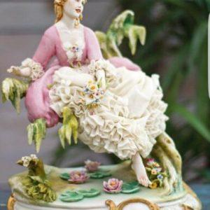 Porcellana Capodimonte. Dama allo stagno, abito  pizzo di  porcellana.