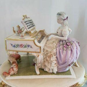 Porcellana di Capodimonte, Dama al pianoforte abito Rosa e pizzo porcellana.