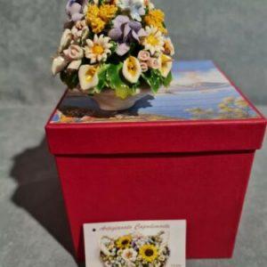 Porcellana Capodimonte, piccola Tondo di fiori in miniatura con coppetta bianca