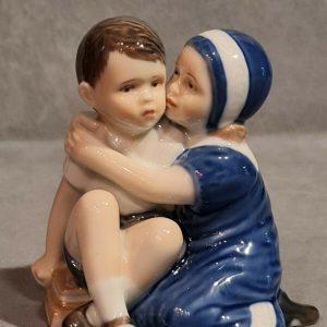 Royal Copenhagen porcellana artistica. Figura. L'abbraccio Elsa con bimbo.