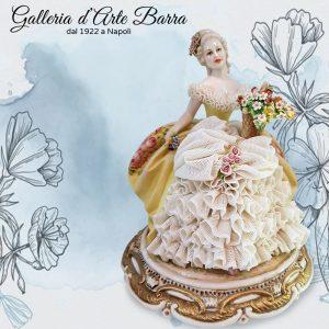 Porcellana di Capodimonte. Dama con cesto di Fiori. Abito di pizzo in porcellana
