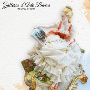 Porcellana  Capodimonte, la Pittrice, Dama con abito di pizzo in porcellana.