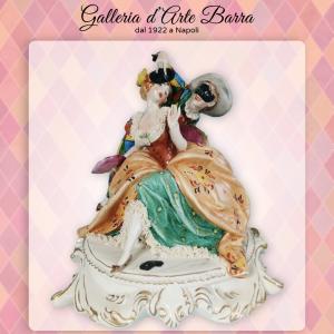 Porcellana capodimonte. Carnevale di Venezia. Arlecchino con Dama abito decorato