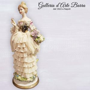 Porcellana di Capodimonte, Dama con cesto di fiori abito di pizzo in porcellana
