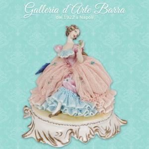 Porcellana Capodimonte, Dama in Posa, decoro esclusivo abito pizzo bicolore
