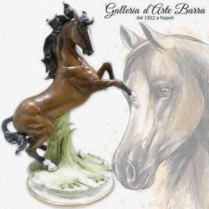 Porcellana di Capodimonte, Cavallo rampante. La fusione tra bellezza e realismo