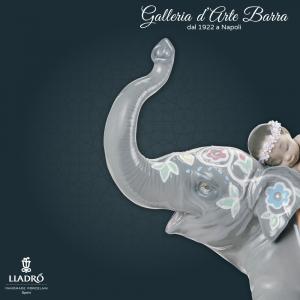 Porcellana Artistica by Lladró.  Elefante con bimbo Hawaiano