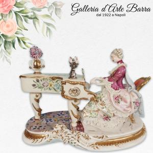 Porcellana Capodimonte. Dama al pianoforte. Abito rosa. Molto Rara
