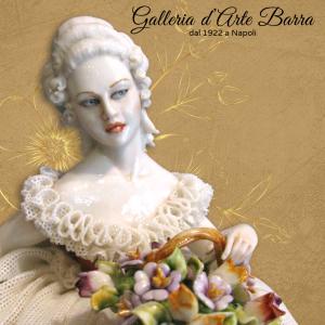 Porcellana Capodimonte Dama con cesto di Fiori. Abito di pizzo, in porcellana