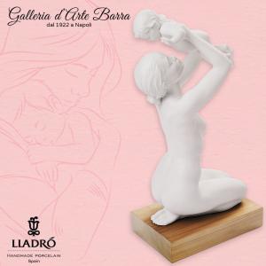 Porcellana Artistica in Biscuit. By Lladró Maternità con Bimbo. Con base legno