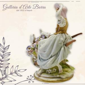 Porcellana di Capodimonte. Dama con Cappello e Carriola con fiori.