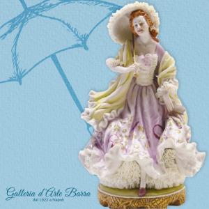 Porcellana di Capodimonte. Dama ombrellino con Scialle
