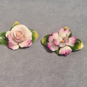 Porcellana Capodimonte, composizione di 4 fiori, segnaposti.