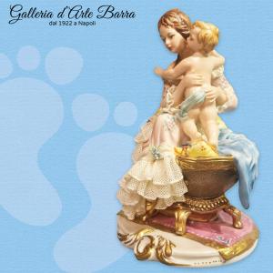 Porcellana Capodimonte. Maternità, primi sorrisi abito pizzo di porcellana.
