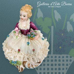 Porcellana Capodimonte. Splendida dama in Miniatura abito Pizzo in porcellana.