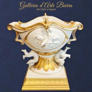 Porcellana di Capodimonte centro tavolo in Biscuit. Coppa Venus con putti Capriolanti. Creazione di altri tempi.