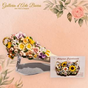 Porcellana Capodimonte. Grande corno porta fortuna. Bianco e oro, decorazione micro fiori.