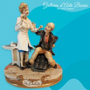 Porcellana di Capodimonte Dottoressa. La Dentista donna  con Paziente.