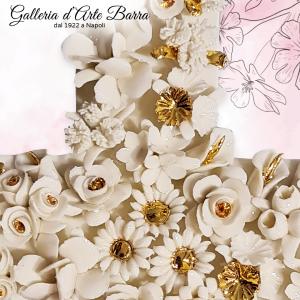 Croce da parete tempestata di fiori  bianchi e Oro.