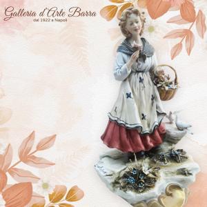 Porcellana di Capodimonte contadina , ragazza, venditrice di Fiori. Fioraia